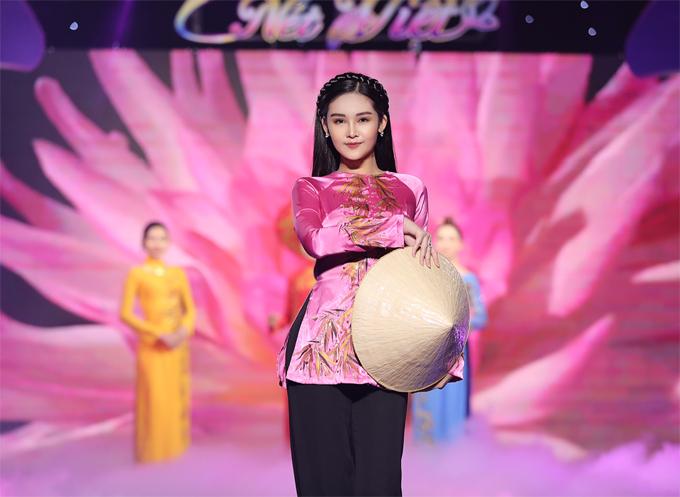 Ngân Anh còn tham gia trình diễn áo ba ba của nhà thiết kế Việt Hùng tại sự kiện chiều 10/11.