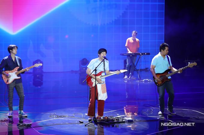 Ban nhạc Ngọt trình diễn ca khúc được nhiều ngườiyêu thích Em dạo này.