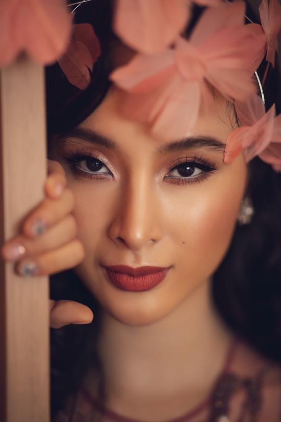 Tông trang điểm sang trọng, hài hòa cùng sắc màu trang phục được chăm chút một cách tỉ mỉ để khiến Angela Phương Trinh đẹp mọi góc nhìn.