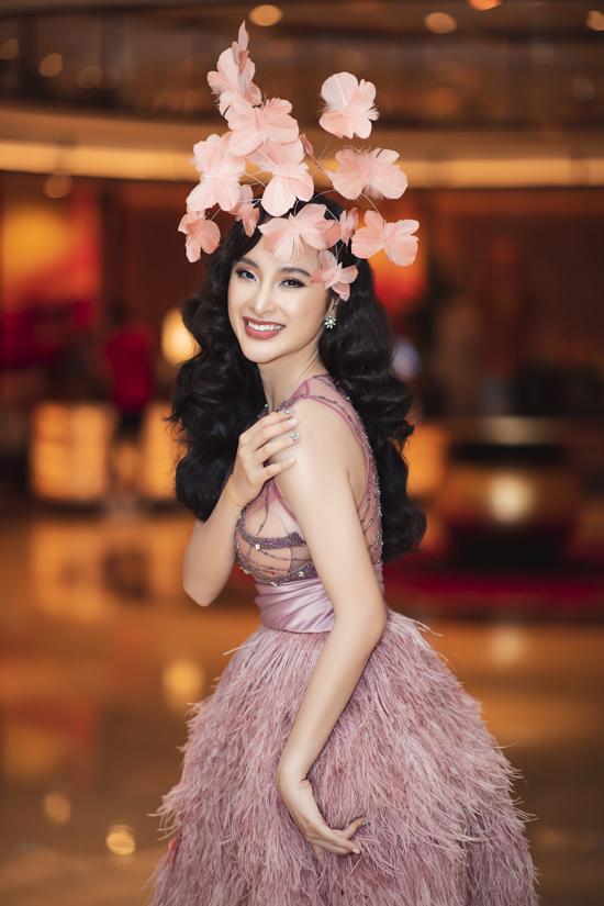 Theo chia sẻ của stylist Hoàng Ku, lần này cả êkíp muốn biến Angela Phương Trinh thành một thiên thần khi xuất hiện tại sự kiện.