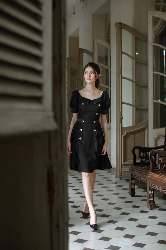 Bên cạnh các mẫu đầm hai dây, nhà mốt còn giới thiệu các kiểu váy trễ vai, đầm tay bồng điệu đà.