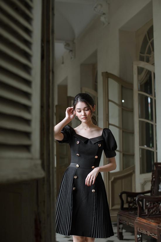 Váy xòe phối hợp chi tiết dập ly, đính nút và trang trí ngực áo bắt mắt để tôn nét trẻ trung, xinh xắn cho phái đẹp.