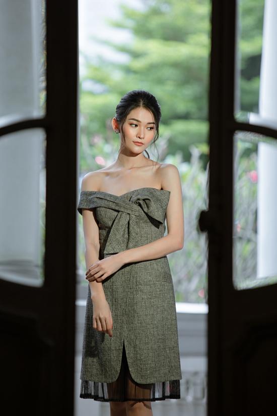 Áo quây, váy vest over size được sắp đặt một cách ấn tượng để tạo nên kiểu đầm khoe vai trần kiểu dáng mới lạ.
