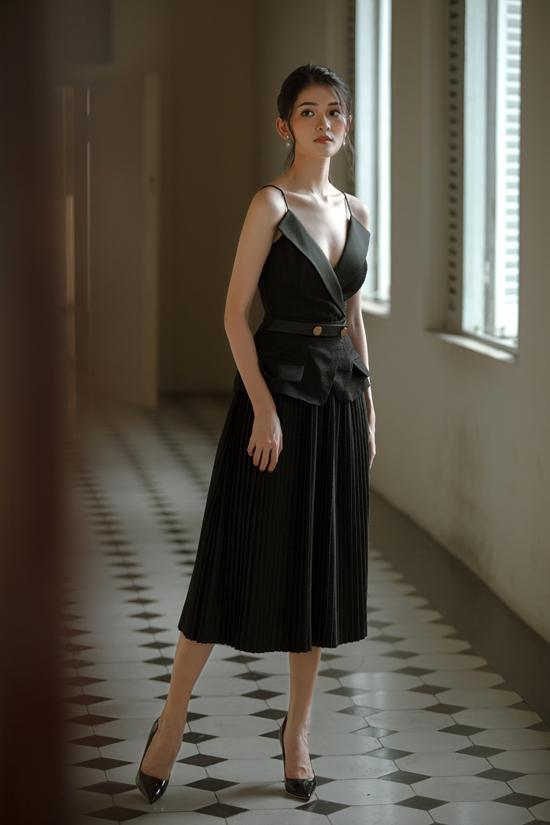 Lấy cảm hứng từ phong cách cổ điển, nhà thiết kế Nguyễn Hà Nhật Huy mang tới nhiều mẫu đầm đi tiệc pha trộn nét hiện đại và mang tính ứng dụng cao.