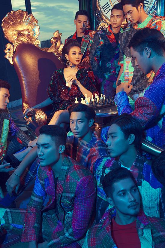 Hoá thành quân hậu với thần thái nữ hoàng, Thanh Hằng diện thiết kế saquins lấp lánh đi kèm đường cắt phóng khoáng.