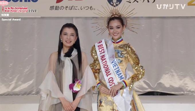 Tường San đoạt giải Trang phục dân tộc đẹp nhất.