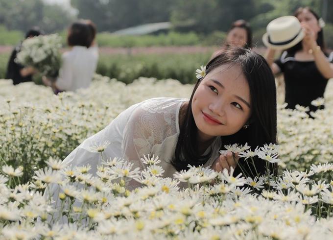 Các chủ vườn hoa cho biết những năm trước chủ yếu là giới trẻđến chụp ảnh với hoa họa minhưng năm nay lượng khách đã đa dạng hơn. Ảnh: Nguyễn Ngoan.