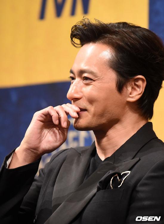 Nam thần Jang Dong Gun vẫn là một quý ông lịch lãm ở tuổi 47, nhưng dấu thời gian đã hiện rõ trên mặt anh.