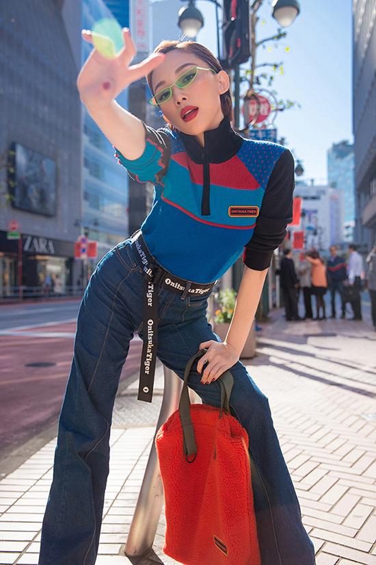 Nữ ca sĩ chọn cho mình chiếc quần jean phối cùng với áo sweater họa tiết năng động.