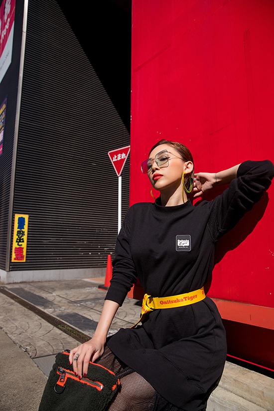 Tóc Tiên tự tin diện một chiếc đầm đen với điểm nhấn là phần ren ở đuôi. Cô khéo léo, nâng tầm trang phục bằng chiếc thắt lưng màu sắc và chiếc túi cùng tông.