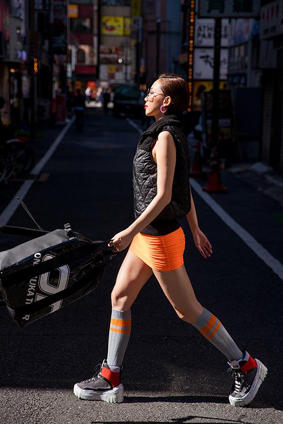 Váy siêu ngắn tông cam giúp người mặc tôn chân thon dài,vừa xây dựng hình ảnh gợi cảm vừa năng động khi xuống phố.
