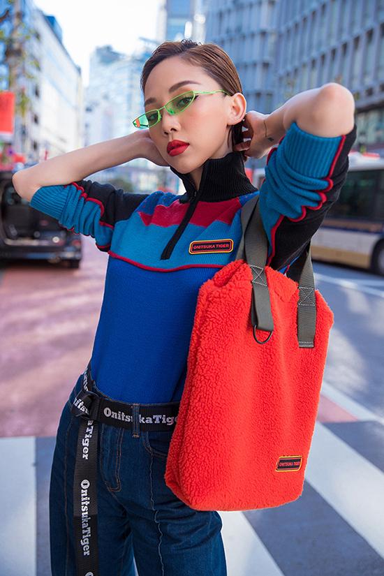 Để thêm phần cá tính, cô kết hợp những phụ kiện màu sắc sặc sỡ đi kèm nhằm làm nổi bật set đồ như thắt lưng, túi và kính.