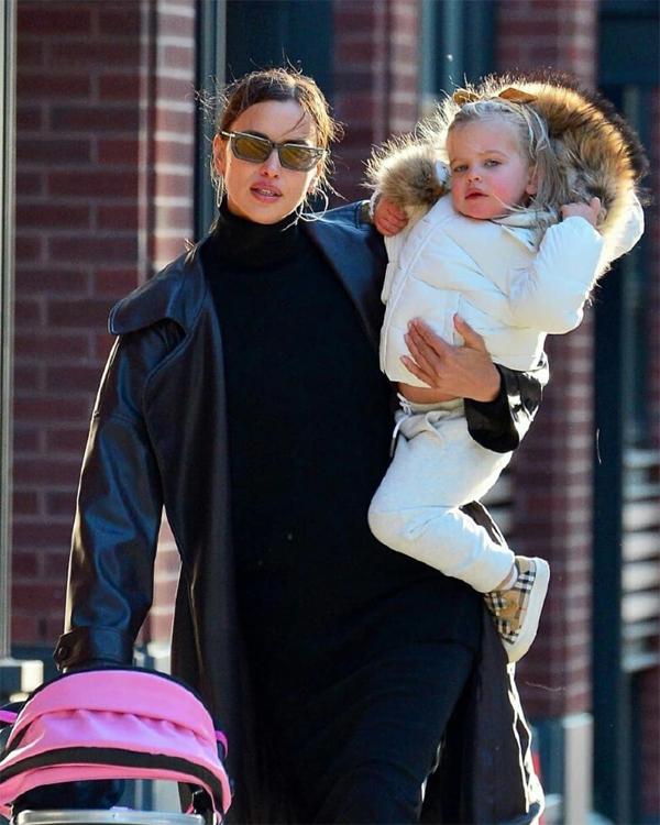 Irina mặc áo khoác da với váy kín cổng cao tường trong khi công chúa nhỏ mặc đồ bông ấm áp.