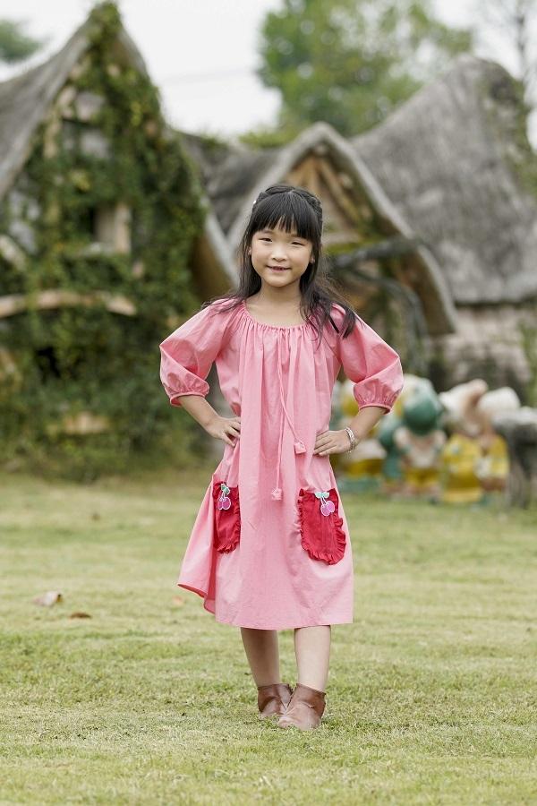 Khánh Ngọc là cái tên khá mới của làng thời trang Việt. Tuần lễ Thời trang trẻ em Việt Nam mùa 10 vừa qua diễn ra tại khu du lịch sinh thái điện ảnh Smiley Ville (Hà Nội) là sàn diễn thời trang chuyên nghiệp đầu tiên cô bé tham gia.