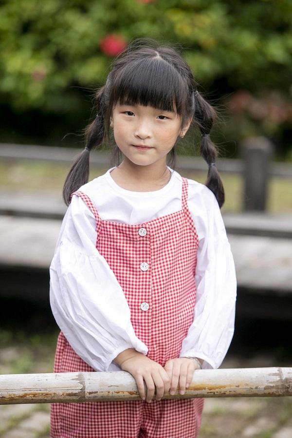 Cô bé được chú ý bởi vẻ đẹp rất Nhật Bản, nhất là đôi mắt hí một mí.