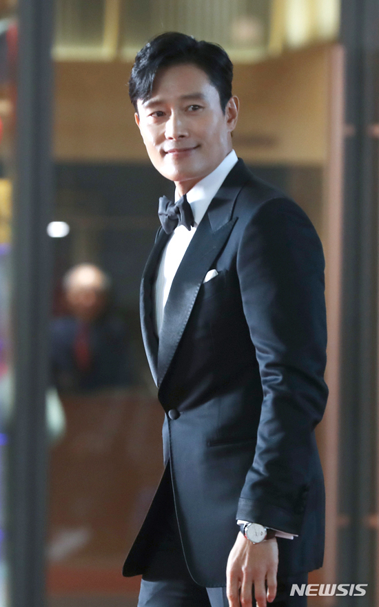 Riêng Lee Byung Hun, dấu thời gian càng làm anh đàn ông, quyến rũ hơn.