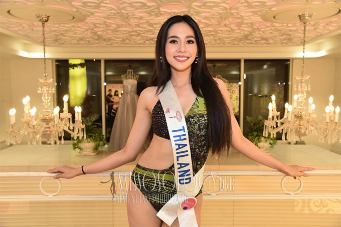 Tân hoa hậu năm nay 21 tuổi, sinh sống ở Bangkok.