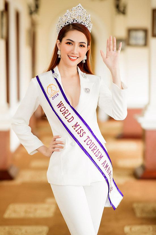 Phan Thị Mơ diện vest xẻ cổ sâu gợi cảm dự họp báo tại TP HCM.