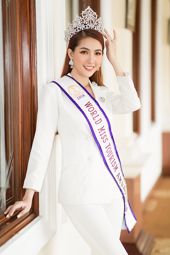 Người đẹp khoe vương miện Hoa hậu Đại sứ Du lịch Thế giớicô giành được từ hơn một năm trước.