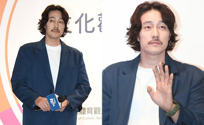 So Ji Sub hôm cuối tuần qua đi dự sự kiện ở Đài Loan và khiến nhiều fan hốt hoảng. So với vẻ đẹp trai, lịch lãm một thủa, giờ anh như ông chú với hàng ria con kiến, tóc để dài xoăn. Nhiều người yêu cầu So Ji Sub thay đổi phong cách, nói rằng trả lại So Ji Sub ngày xưa cho tôi.