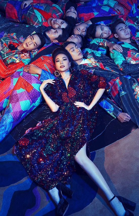 Thanh Hằng chụp ảnh cùng 10 mẫu nam nổi tiếng để quảng bá cho bộ sưu tập Hoàng hoa của hai nhà thiết kế Vũ Ngọc và Son.