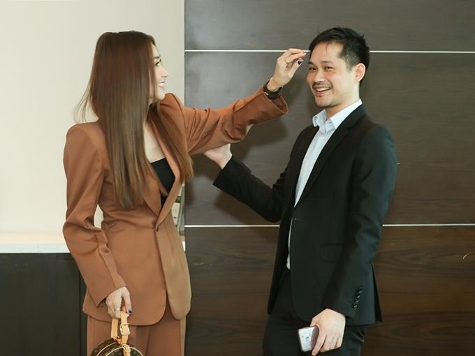 Ngân Khánh giúp ông xã chỉnh trang ngoại hình trước giờ họp báo bắt đầu. Đây là lần hiếm hoi đôi vợ chồng xuất hiện cùng nhau kể từ khi kết hôn đầu năm 2015.