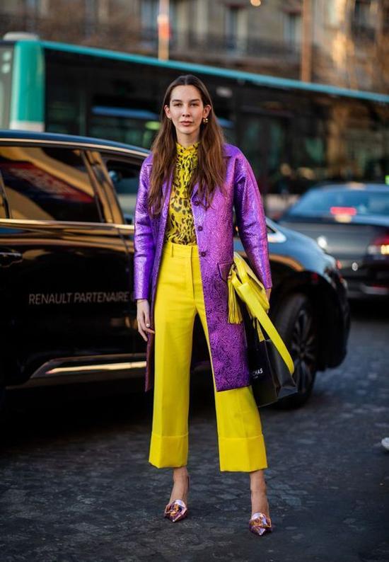 Set đồ thu đông cho những bạn gái thích nổi bật khi xuống phố với áo khoác dáng dài, quần ống suông và áo họa tiết da beo.