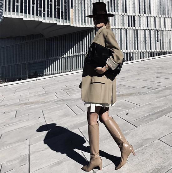 Khi theo đuổi phong cách mix đồ nhiều layer, các nàng có thể tận dụng những kiểu áo vest, blazer mùa hè thuđể mix đồ đông.