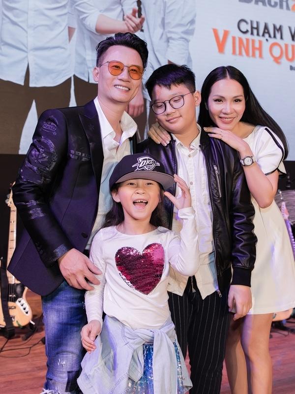 Hoàng Bách bày tỏ niềm hạnh phúc có gia đình làm hậu phương vững chắc phía sau để anh an tâm hoạt động nghệ thuật.