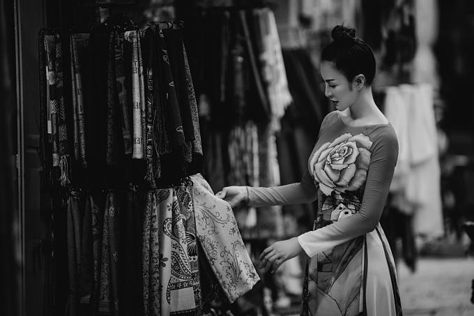 MC Thanh Mai tìm hiểu về chất liệu, họa tiết bản xứ trên một chiếc khăn choàng. Ở Isarel, ngành trồng bông vải và dệt mayphát triển, có nhiều sản phẩm được ưa chuộng.