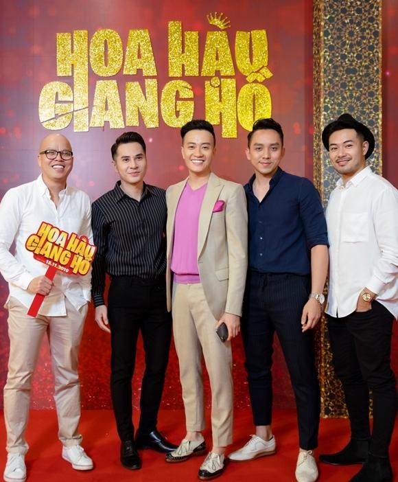 La Quốc Hùng (thứ hai từ phải sang) - bạn diễn của Lương Mạnh Hải trong Hot boy nổi loạn 2, Vừa đi vừa khóc đến chúc mừng phim của anh.