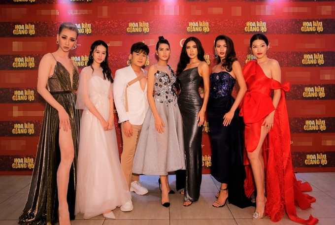 Dàn diễn viên của Hoa hậu giang hồ còn thiếu NSND Hồng Vân vai mẹ của Mây và Lá, nghệ sĩ Hồng Đào vai trưởng ban tổ chức cuộc thi Hoa hậu thời đại trong phim. Bộ phim bắt đầu chiếu rạp từ 15/11.