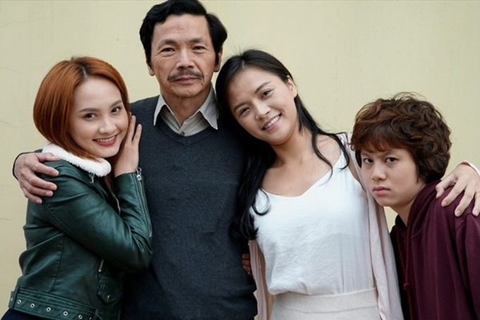 Ông bố quốc dân Trung Anh và ba cô con gái trong phim Về nhà đi con đều có tên trong đề cử Mai Vàng.