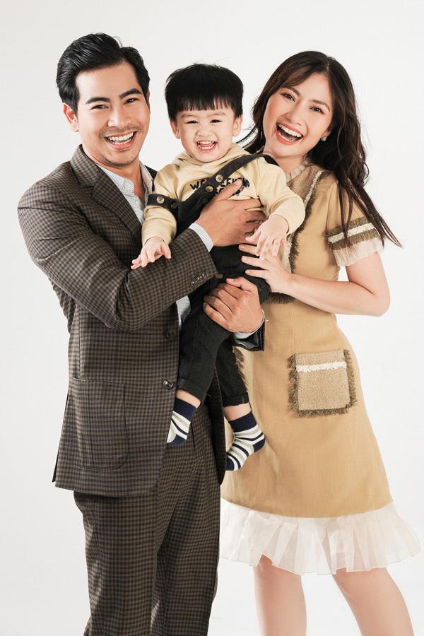 Vợ chồng Ngọc Lan - Thanh Bình bên cạnh con trai.