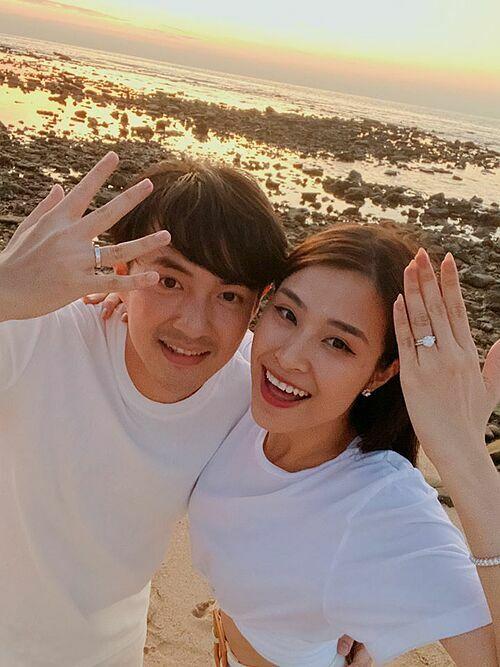 Vợ chồng Đông Nhi - Ông Cao Thắng khoe nhẫn cưới.