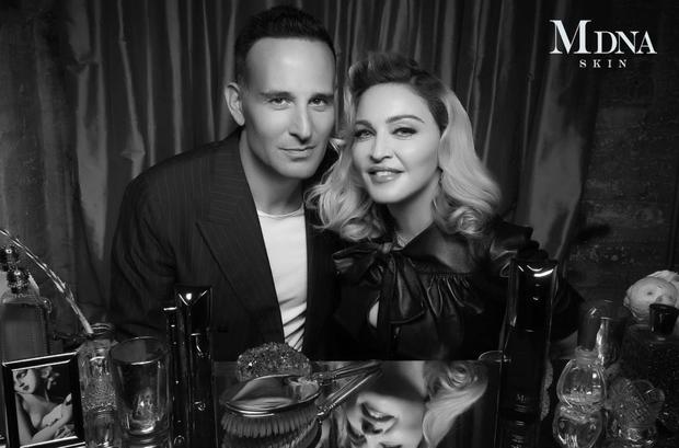 Bác sĩ da liễu Paul Jarrod Frank chụp ảnh cùng Madonna.