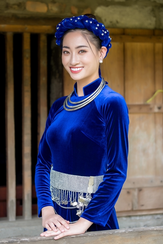 Lương Thùy Linh diện áo dài nhung, đội mấn và đeo vòng cổ đặc trưng của các cô gái vùng cao.