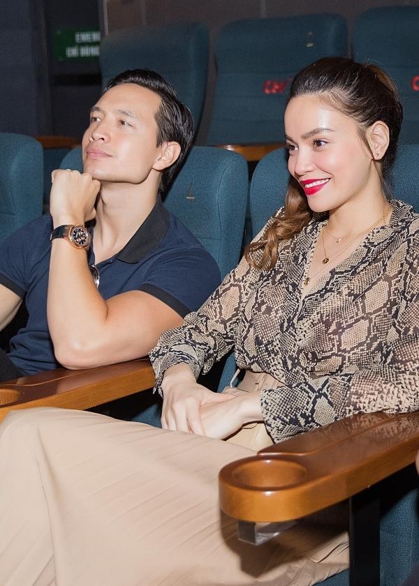 Hồ Ngọc Hà, Kim Ký ăn vận đơn giản, tình tứ ngồi cạnh nhau trong rạp phim theo dõi tác phẩm Pháp sư mù.