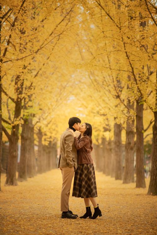 Cặp 9X chụp hình trong vòng một ngày, lấy cảm hứng về bối cảnh, cách tạo dáng như những thước phim lãng mạn Hàn Quốc.