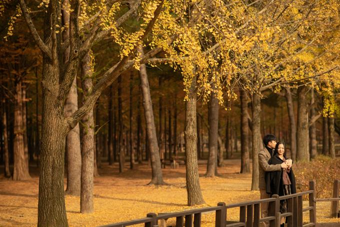 Trở ngại mà cặp cô dâu, chú rể gặp phải khi chụp ảnh là thời tiết lạnh hơn tưởng tượng và biểu cảm chưa được tự nhiên trước ống kính lúc bắt đầu.