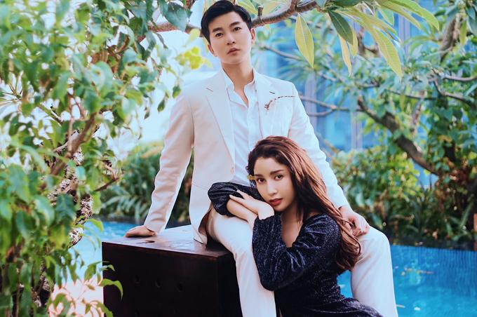 Trong bộ ảnh mới thực hiện, Nam Hee xuất hiện cùng một cô gái trẻ đến từ Thái Lan. Cả hai thể hiện sự thân mật và tình cảm như một đôi tình nhân trẻ.