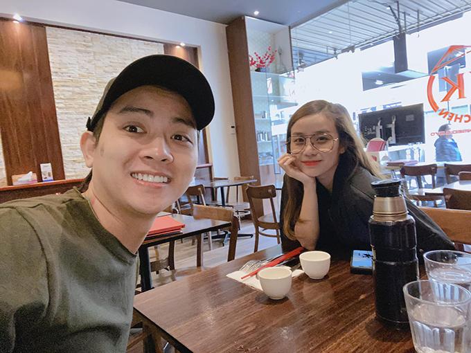 Vợ chồng Hoài Lâm - Bảo Ngọc hào hứng pose ảnh trong chuyến du lịch Australia.
