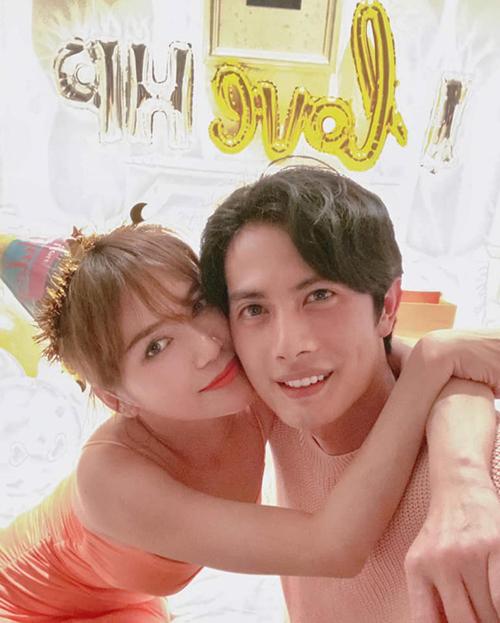 Huỳnh Phương hạnh phúc vì được đón sinh nhật bên bạn gái Sĩ Thanh.