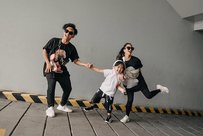 Gia đình Khánh Thi - Phan Hiển vui hết nấc khi diện street style ngầu.