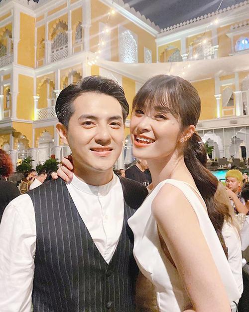 Sau hôn lễ ở Phú Quốc, cợ chồng Đông Nhi - Ông Cao Thắng tổ chức một bữa tiệc nhỏ riêng tư để cảm ơn những người bạn, ekip đã hỗ trợ mình trong đám cưới. Cô cho biết bị sụt khoảng 1,5kg vì lo lắng cho ngày trọng đại nhưng gương mặt lại ngập tràn hạnh phúc vì đã chính thức nên duyên vợ chồng.