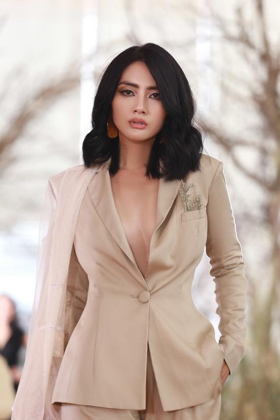 Khi xuất hiện tại các sự kiện, diễn viên Ngọc Lan cũng chọn nhiều mẫu trang phục khai thác khoảng hở táo bạo để gây ấn tượng.