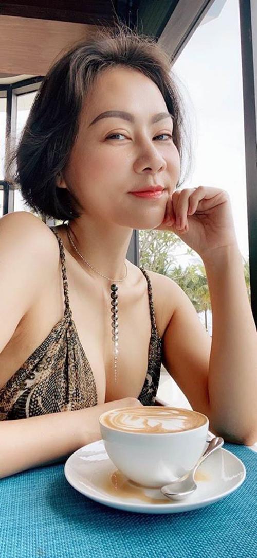 Ca sĩ Thu Minh diện váy khoét ngực sâu tôn vòng 1 gợi cảm.