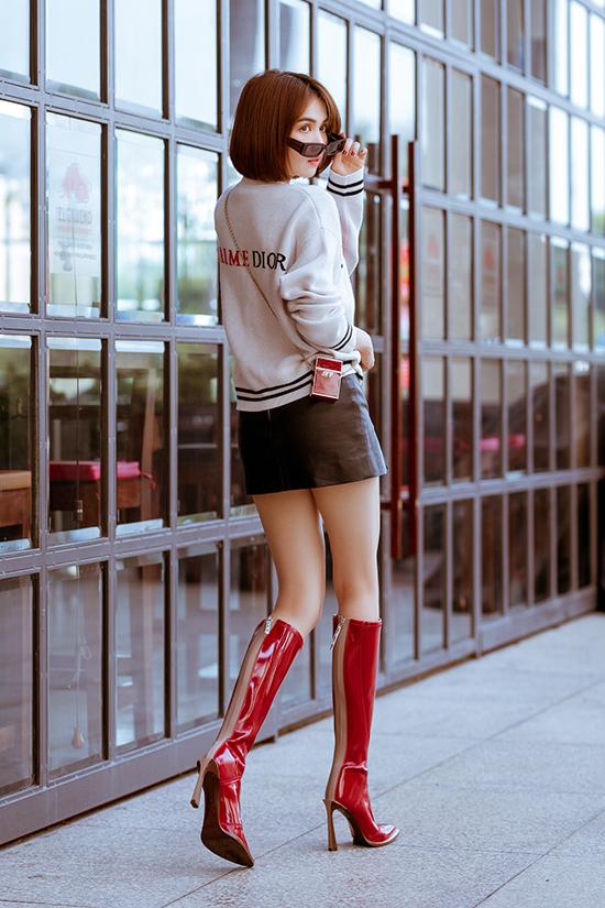 Bốt da đỏ bóng, kiểu cao cổ và ôm sát chân của Fendi vừa được đập hộp cũng được Ngọc Trinh sử dụng để bộ anh thêm phần ấn tượng.