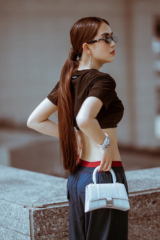 Mẫu túi kiểu dáng độc đáo của Stalvey mới được bổ sung vào tủ đồ hiệu khổng lồ của Ngọc Trinh. Đây là dòng túi dành cho giới nhà giàu vàđược các IT Girl hàng đầu thế giới như Gigi Hadid, Bella Hadid, Kaia Geiber đặc biệt ưa chuộng.