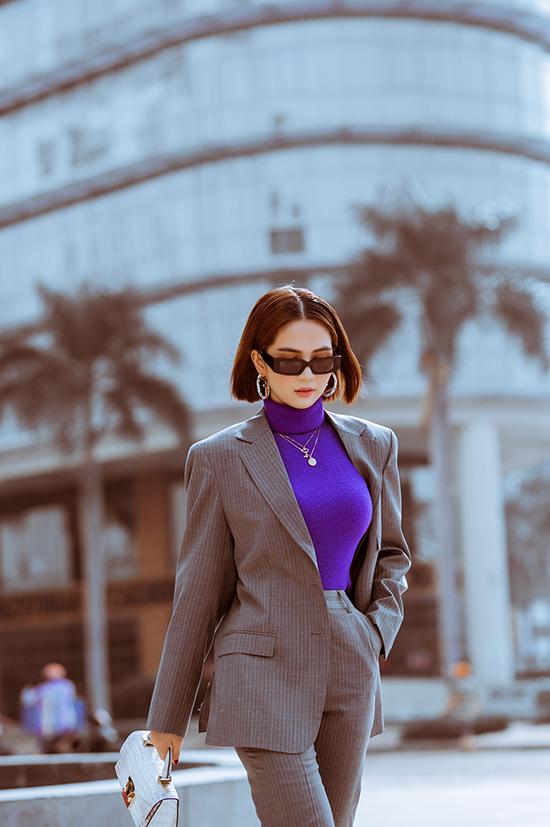 Trong bộ ảnh mới thực hiện cùng nhiếp ảnh Tony Đinh, Ngọc Trinh trổ tài tự mix-match trang phục để thể hiện độ sành điệu cùng xu hướng mới.